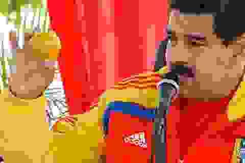 Tổng thống Venezuela tặng nhà cho thủ phạm ném xoài vào đầu ông