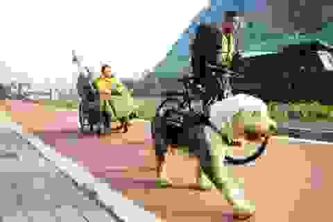 Đưa bạn gái bị liệt du lịch khắp Trung Quốc bằng xe kéo