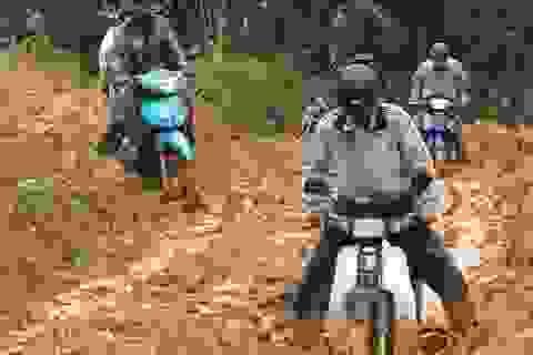 Hàng trăm khối đất sạt lở, giao thông tê liệt