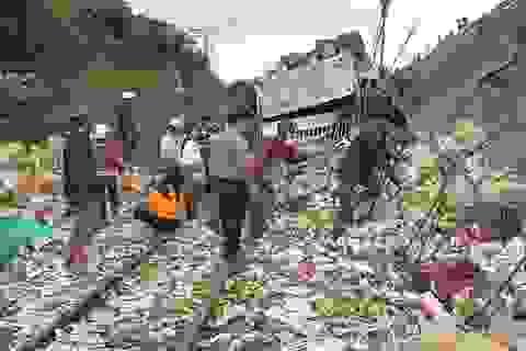 Xe tải rơi từ độ cao hơn 11m xuống đường sắt, 5 người trọng thương