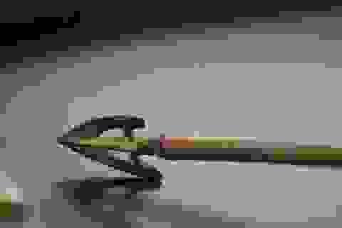 Thoát chết thần kỳ khi bị bắn mũi tên dài 20 cm thẳng vào mặt
