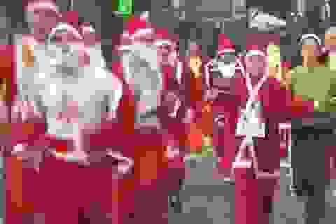 Ông già Noel chạy thi để gây quỹ từ thiện