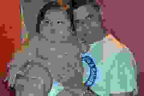 Bé 8 tháng tuổi nặng bằng trẻ 6 tuổi