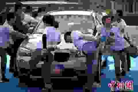 Thi đứng một chân lâu nhất để giành xe hơi đắt tiền