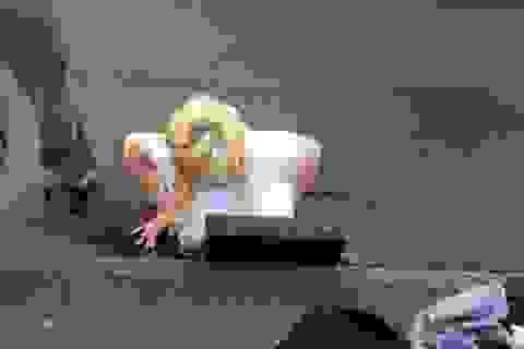 Cô gái mắc kẹt ở cống vì cứu điện thoại bị đánh rơi