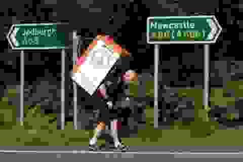 Người đàn ông vác tủ lạnh nặng 40 kg thi chạy marathon