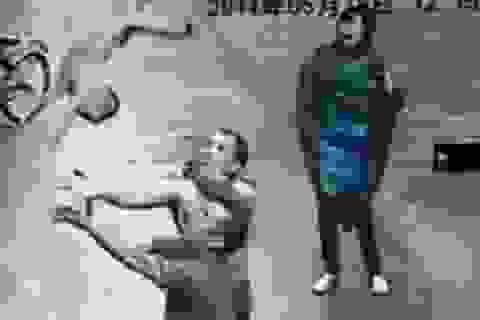 Thót tim khoảnh khắc dùng tay không bắt em bé rơi từ nhà cao tầng
