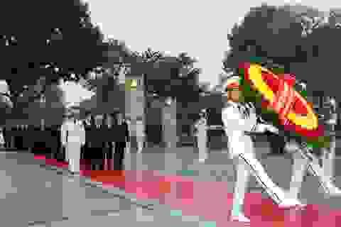 Các đại biểu dự Đại hội Đảng XII viếng Chủ tịch Hồ Chí Minh
