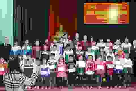 Hội Khuyến học Đoan Hùng tặng quà học sinh nghèo