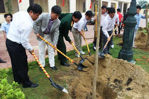 Sinh viên ĐH Vinh trồng gần 600 cây xanh