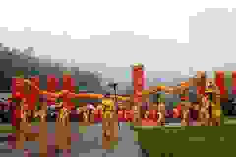 Hàng ngàn người đội mưa rét trẩy hội Đền Vua Mai