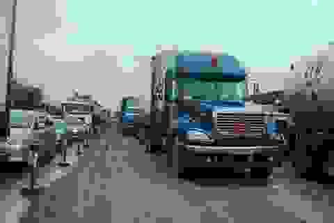 Xe tải lao xuống ruộng, QL1 ùn tắc nghiêm trọng