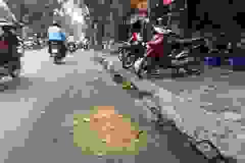 """Bài 1: Thi công dự án thoát nước Hà Nội: đào đường rồi """"vá víu"""" tạm bợ?"""