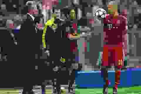 Cay cú thua trận, Jordi Alba ném bóng vào mặt Robben