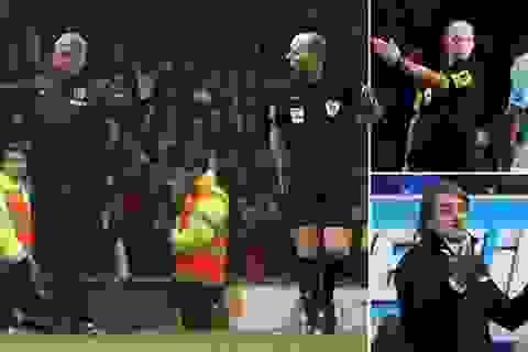 """Mike Dean cầm còi trận derby Manchester: Cả MU và Man City đều """"hoảng hồn"""""""