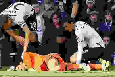 Hugo Lloris bất tỉnh sau cú va chạm mạnh với Lukaku
