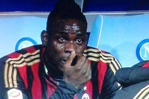 Mario Balotelli khóc rưng rức sau khi bị thay ra sân