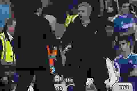 Mourinho nguyền rủa trọng tài sau cú sốc trước Sunderland