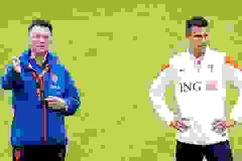 Van Gaal bóng gió chọn Van Persie là đội trưởng MU
