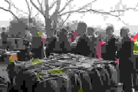 Dâng lễ cúng thân mẫu Bác Hồ cặp bánh chưng nặng 7 tạ