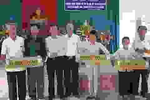 Hà Tĩnh: Một nhà báo tặng hơn 2000 con gà giống cho quê nhà