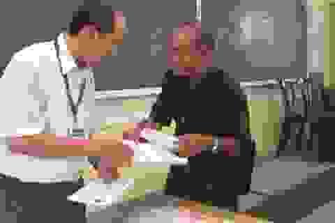 Cha 60 tuổi đi thi cùng con gái