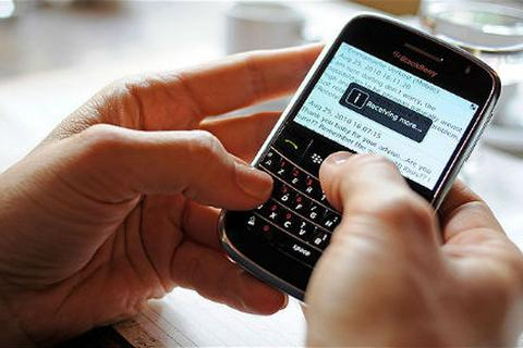 Bị cấm dùng điện thoại ở trường, học sinh học tốt hơn