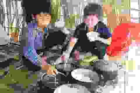 Xót lòng nhìn học trò ăn cơm với muối trắng