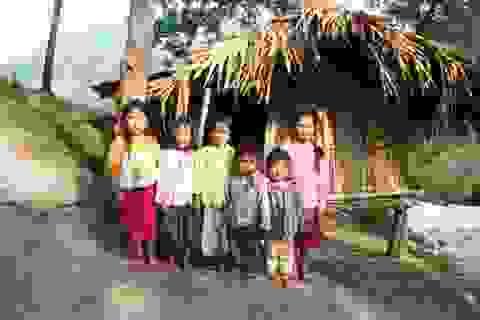 Cô bé 11 tuổi nuôi 5 em nhỏ ăn học
