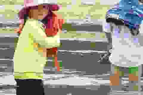 Hiểm nguy cảnh học sinh lội sông đến trường