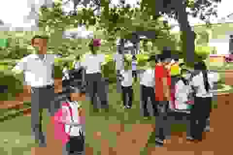 Phản đối quyết định chuyển địa điểm học, học sinh đồng loạt nghỉ học