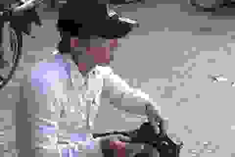 Lòng tự trọng của một sinh viên đánh giày vỉa hè