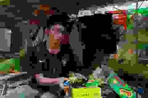 Chàng trai dân tộc H'Mông bán mì tôm dạo kiếm tiền học đại học
