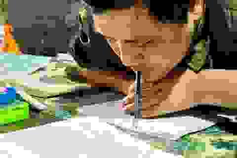 Một ngày ở lớp học đặc biệt của thầy giáo viết chữ bằng miệng