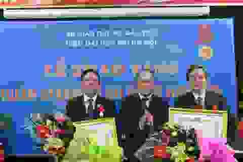 Trao Huân chương Lao động hạng Ba đến TS. Lê Văn Thanh và PGS.TS Phan Văn Quế