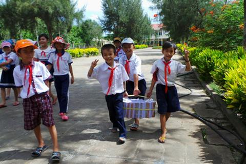 2.000 cuốn vở đến với các em học sinh nghèo huyện Thới Lai