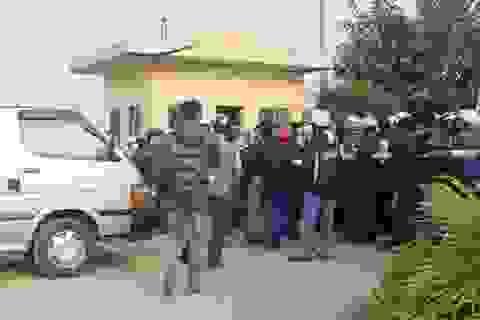 Hàng trăm người lạ mặt bao vây nhà máy