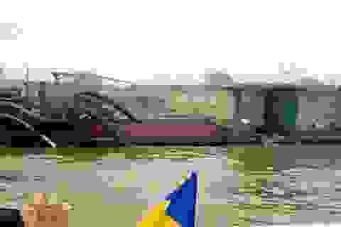 Bắt quả tang tàu hút trộm cát gần cầu Nhật Tân