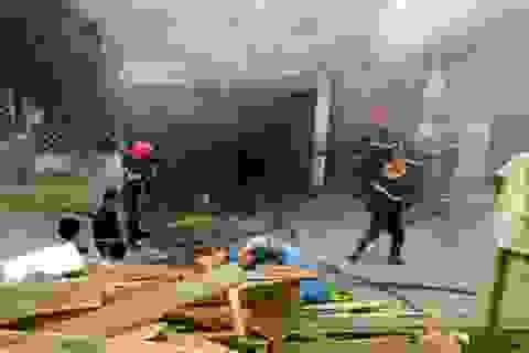 Hà Nội: Hỏa hoạn thiêu rụi xưởng mộc sát bờ đê