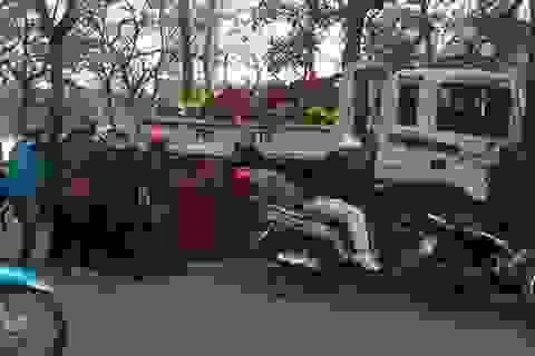 """Hà Nội: Thản nhiên """"hôi hoa"""" bên hồ Hoàn Kiếm"""