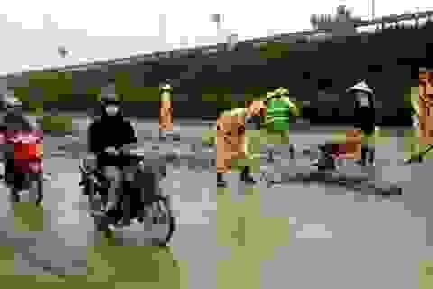 """Hà Nội: Cảnh sát giao thông """"đóng vai"""" công nhân môi trường"""