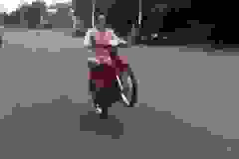 """Trổ tài """"bốc đầu"""" xe máy, nam thanh niên ngã lộn 7 vòng"""