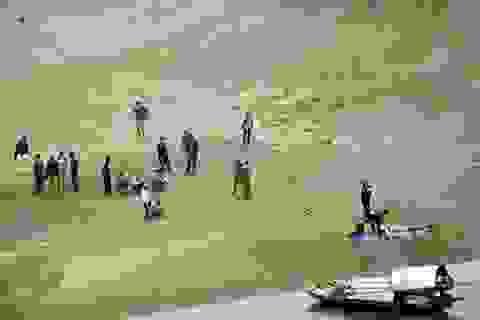 Xác nam thanh niên xăm trổ nổi trên sông Hồng