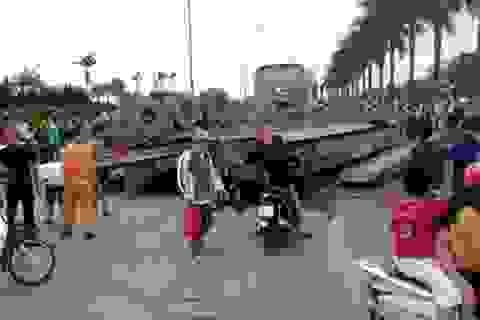 Hà Nội: Hoảng hốt chứng kiến xe rơ-moóc chổng vó lên trời