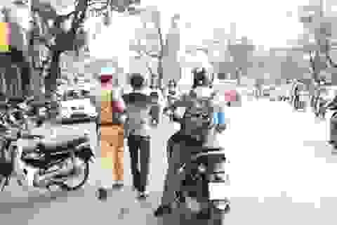 Hà Nội: Thấy CSGT yêu cầu dừng kiểm tra, vội vàng bỏ xe chạy