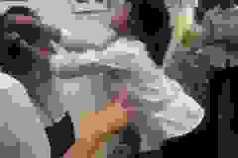 Hà Nội: Yêu cầu báo cáo vụ nữ sinh đánh bạn ngay trong trường