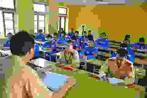 Cảnh sát giao thông dạy SV tình nguyện cách xử lý tình huống