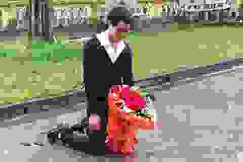 Clip chàng trai si tình quỳ dưới mưa xin lỗi bạn gái
