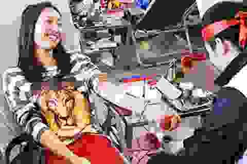Vừa đủ 18 tuổi, con gái Mỹ Linh hăng hái tham gia hiến máu