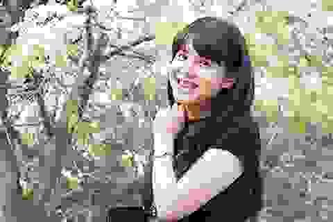 Bắt gặp MC Diễm Quỳnh xinh tươi tạo dáng với hoa sưa Hà Nội